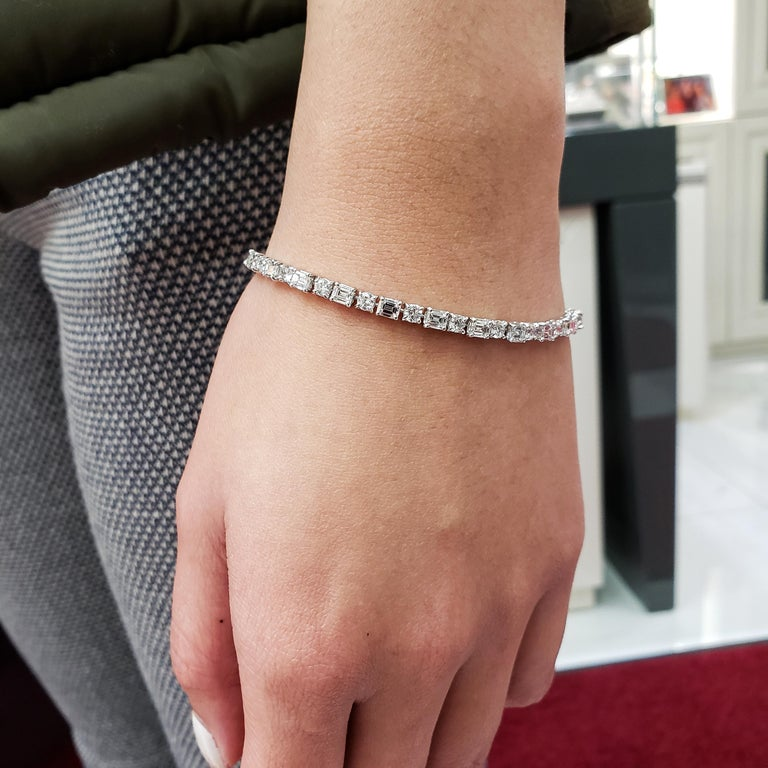 Alternating Round and Emerald Cut Diamond Tennis Bracelet In New Condition For Sale In New York, NY