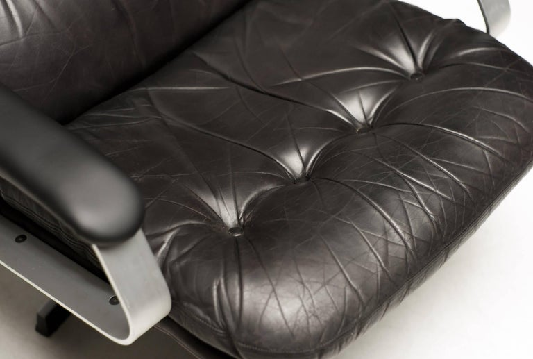 Aluminum and Black Leather Lounge Chair In Excellent Condition For Sale In Dronten, NL