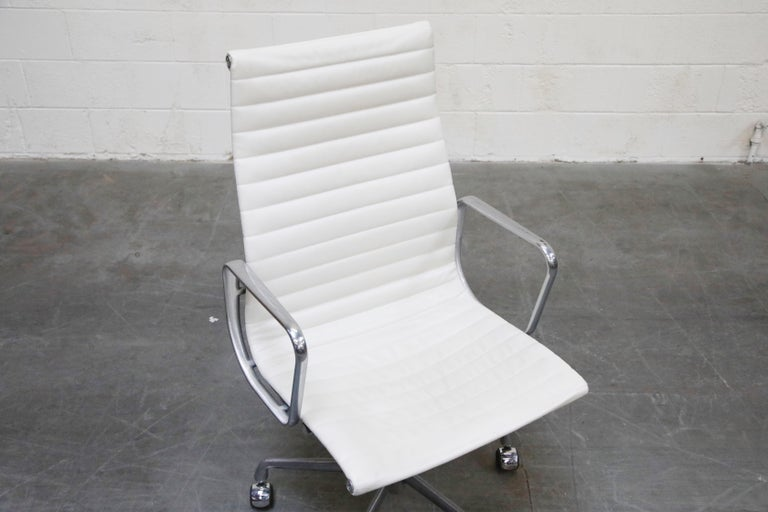 Aluminum Group Executive Desk Chair by Charles Eames for Herman Miller, Signed For Sale 4