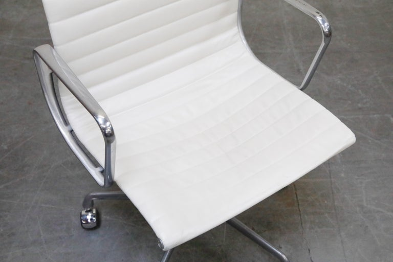 Aluminum Group Executive Desk Chair by Charles Eames for Herman Miller, Signed For Sale 5