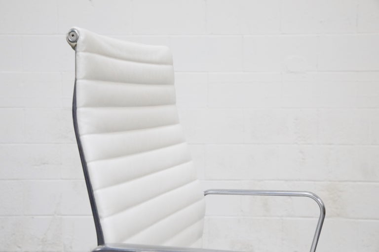 Aluminum Group Executive Desk Chair by Charles Eames for Herman Miller, Signed For Sale 6