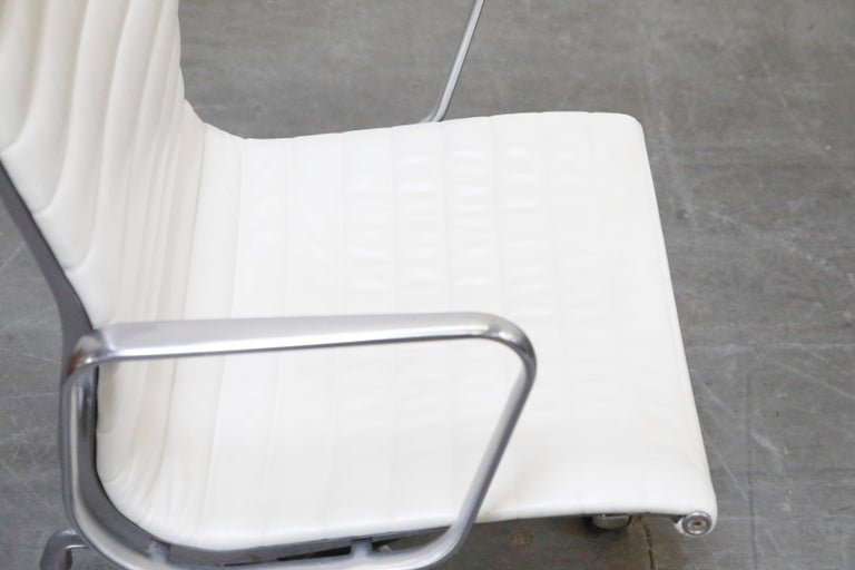 Aluminum Group Executive Desk Chair by Charles Eames for Herman Miller, Signed For Sale 7