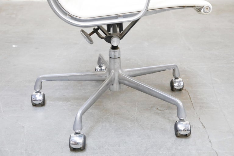 Aluminum Group Executive Desk Chair by Charles Eames for Herman Miller, Signed For Sale 13