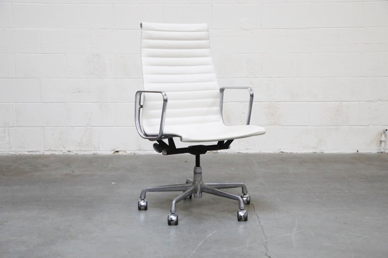 Mid-Century Modern Aluminum Group Executive Desk Chair by Charles Eames for Herman Miller, Signed For Sale