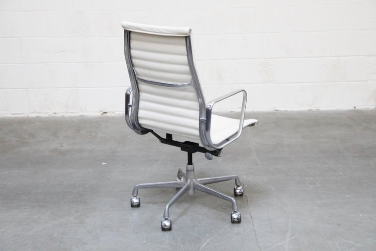 Aluminum Group Executive Desk Chair by Charles Eames for Herman Miller, Signed In Good Condition For Sale In Los Angeles, CA