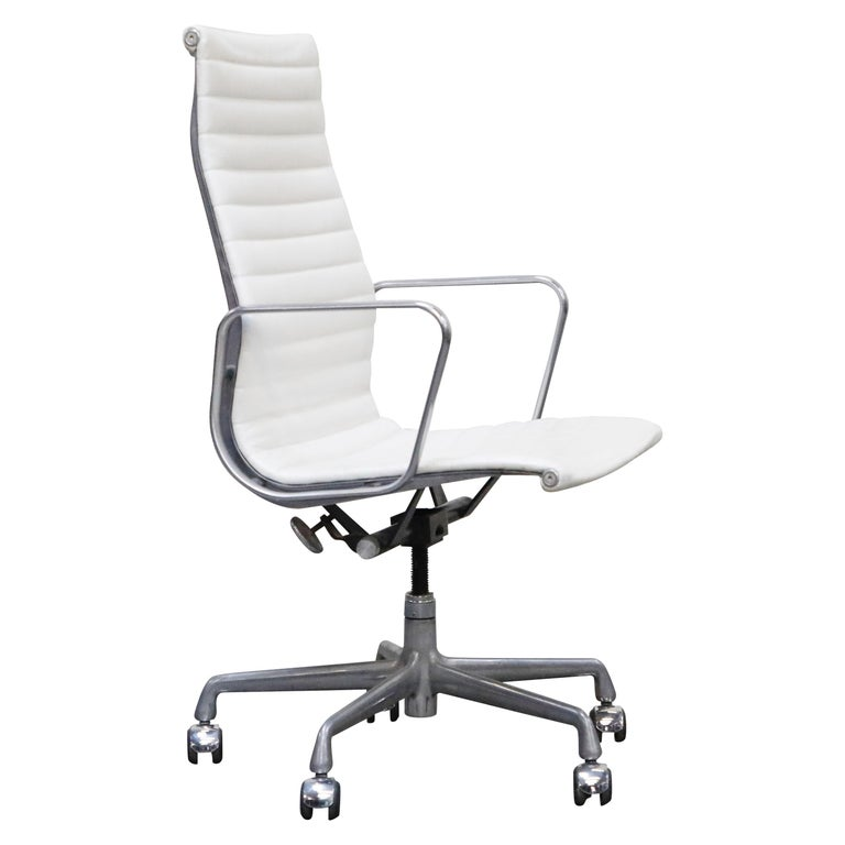 Aluminum Group Executive Desk Chair by Charles Eames for Herman Miller, Signed For Sale