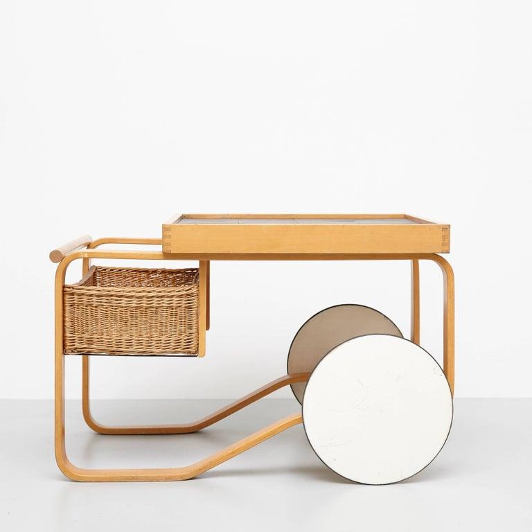 Alvar Aalto Mid-Century Modern Wood, Tiles and Rattan Tea Trolley Model 900 In Good Condition For Sale In Barcelona, Barcelona