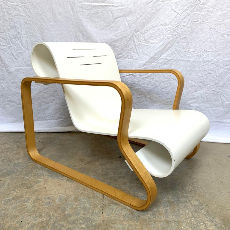 Great original vintage Paimio armchair 41 or lounge chair rendered in steam bent birch with a white lacquered seat designed by Alvar Aalto for Artek, 1970s.