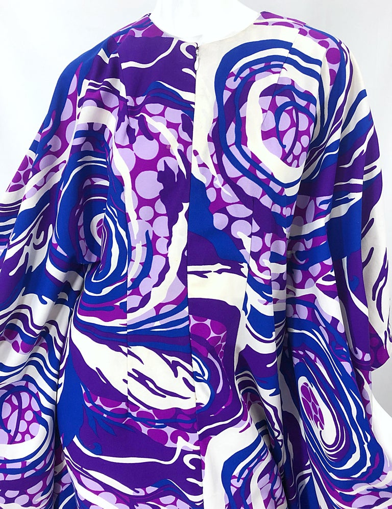 Amazing 1970s Fringed Purple and Blue Abstract Swirl Print Vintage 70s Caftan In Excellent Condition For Sale In Chicago, IL