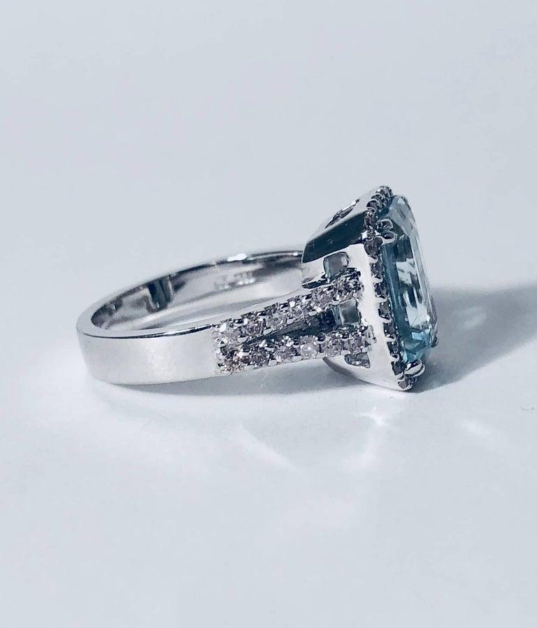 Aquamarine Diamond 18 Karat White Gold Ring In Excellent Condition For Sale In Palm Beach, FL