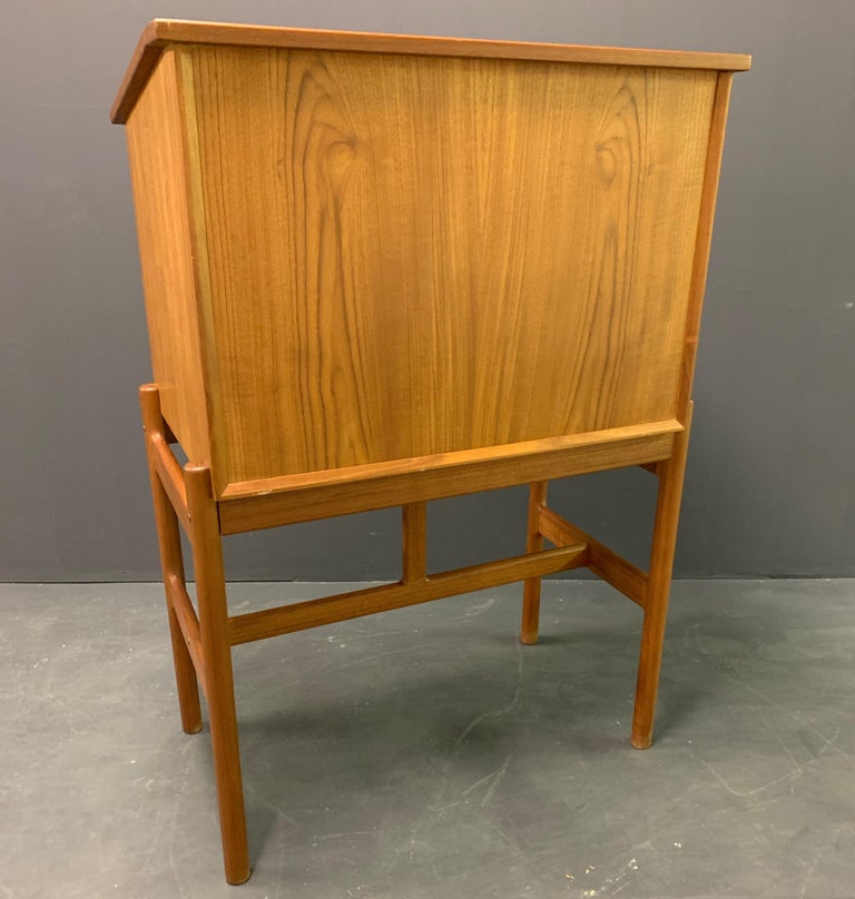 Teakwood and leather in very good condition.