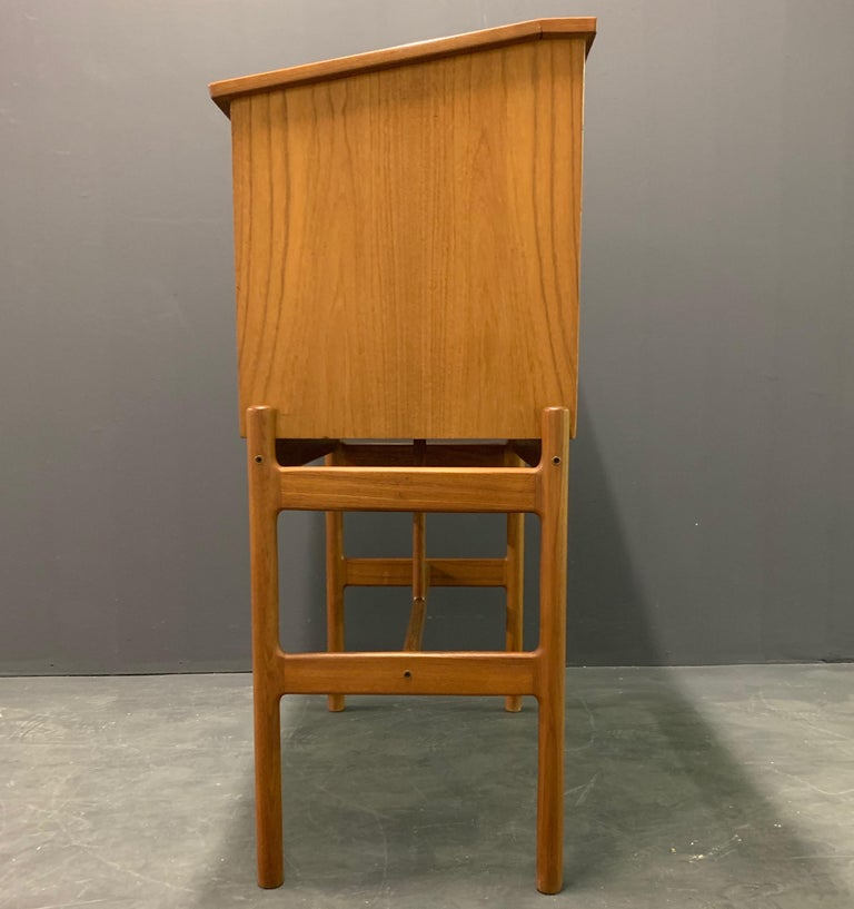 Amazing Arne Wahl Iversen Standing Desk and Secretaire Model 67 In Excellent Condition For Sale In Munich, DE