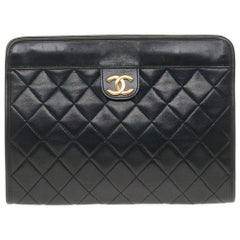 Amazing Chanel Clutch in black quilted lambskin excellent condition !