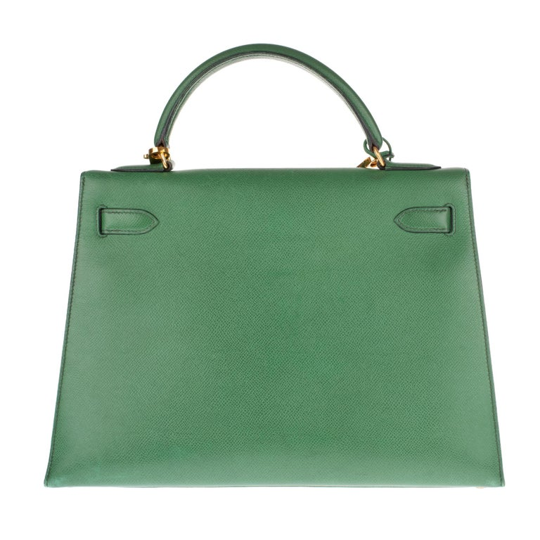 Stunning handbag Hermes Kelly saddler 32 cm Courchevel leather color green grass, metal trim plated gold, green courchevel leather single handle , a removable strap handle in green courchevel leather allowing a handheld or shoulder. Closure by
