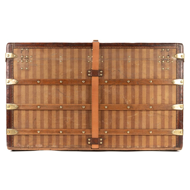 LOUIS VUITTON, Paris-London Wooden box upholstered with stripes. Carries inside a trunk-shaped label of the house marked LOUIS VITTON 289 Oxford Street, Regent Circus, London, rue Scribe in Paris, numbered 12475 and carries a stamp of the house in