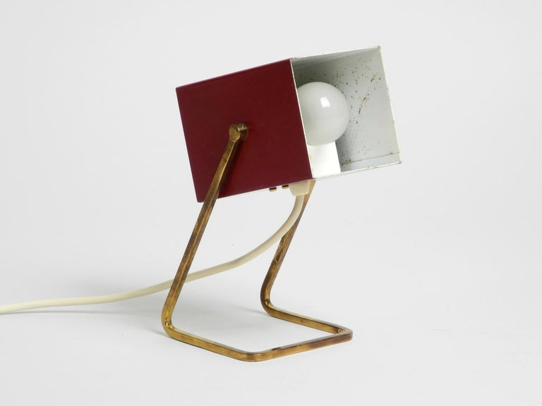 Amazing Red Kaiser Mid-Century Modern Metal Bedside Lamp with Brass Base In Good Condition For Sale In München, DE
