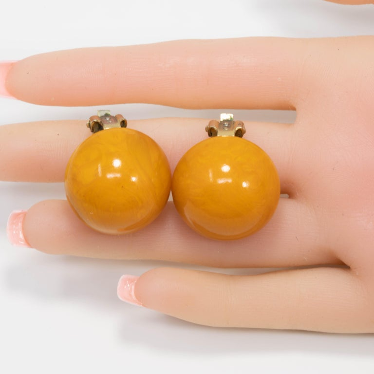 Amber Butterscotch Yellow Bakelite Button Brass-tone Clip On Earrings In Good Condition For Sale In Milford, DE