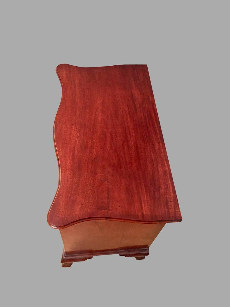 18th Century American Chippendale Period Mahogany Serpentine Four-Drawer Chest For Sale