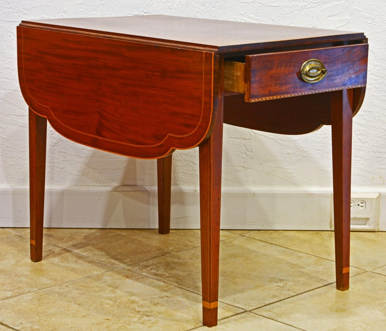 American Federal Satinwood Inlaid Mahogany Shaped Pembroke Table, Circa 1820 In Good Condition For Sale In Ft. Lauderdale, FL