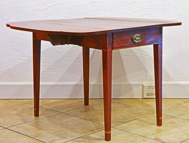 19th Century American Federal Satinwood Inlaid Mahogany Shaped Pembroke Table, Circa 1820 For Sale
