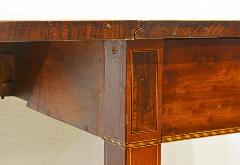 American Federal Satinwood Inlaid Mahogany Shaped Pembroke Table, Circa 1820 For Sale 1