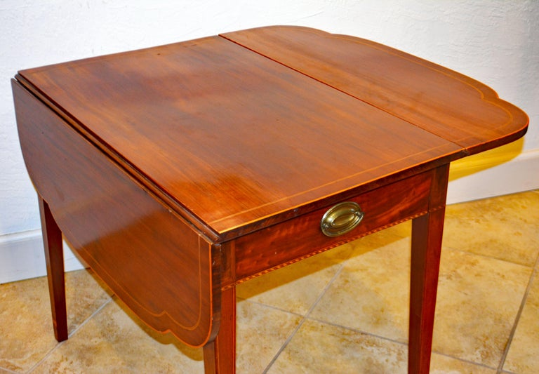 American Federal Satinwood Inlaid Mahogany Shaped Pembroke Table, Circa 1820 For Sale 3