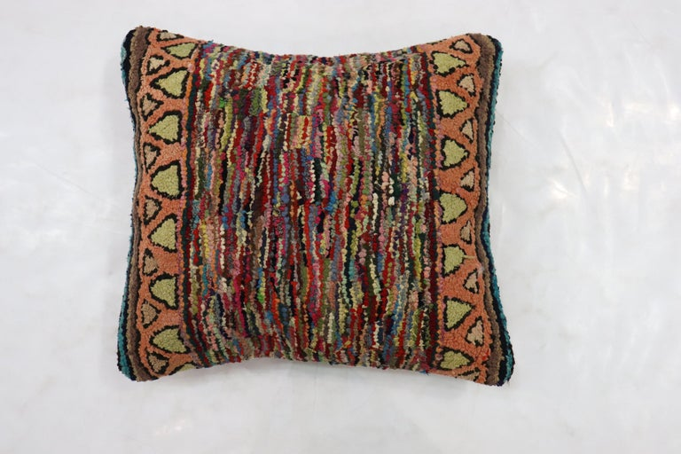 American Hooked Rug Pillow In Good Condition For Sale In New York, NY