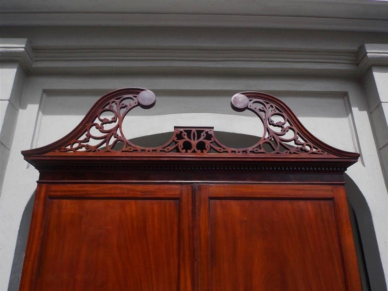 American Mahogany Oxbow Swan Neck Secretary with Bookcase, Salem, Ma. Circa 1790 In Excellent Condition For Sale In Charleston, SC