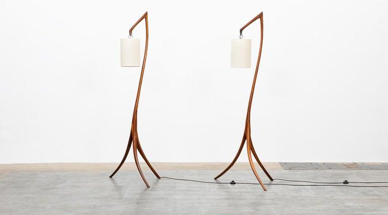 American Mid-Century Modern Pair of Floor Lamps in Walnut and Linen In Good Condition For Sale In Frankfurt, Hessen, DE