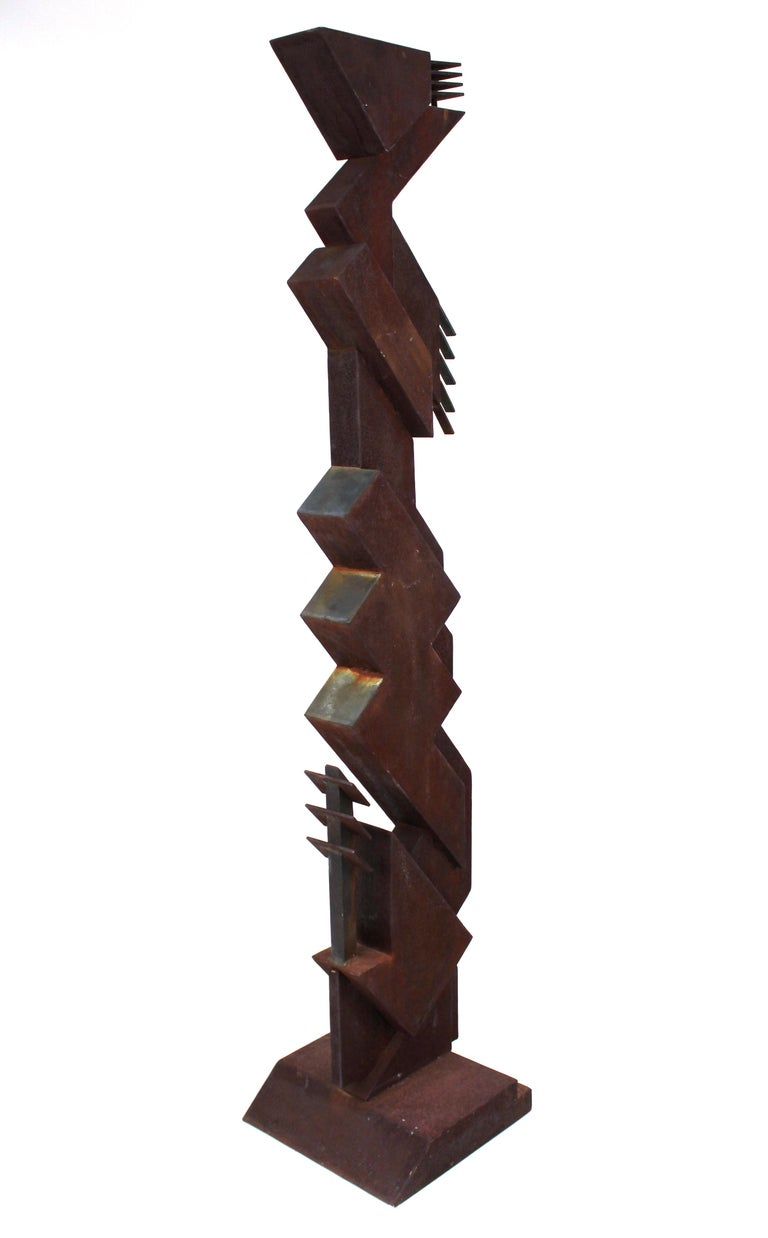 American Modern abstract-Brutalist TOTEM sculpture with geometric structure, in carbon steel and bronze. The piece is reminiscent of design elements of the Prairie Style and was made in the United States in the 1970s. Age-appropriate patina with