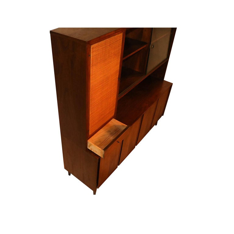 Beautiful, rare, retro Mid-Century Modern, detailed proportioned walnut American of Martinsville China cabinet Hutch in great original condition. The hutch is two solid-piece, featuring display shelving on the upper right with glass sliding doors