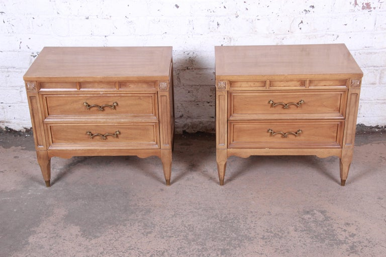 American of Martinsville Mid-Century Modern Cherry and Burl Nightstands, Pair In Good Condition For Sale In South Bend, IN