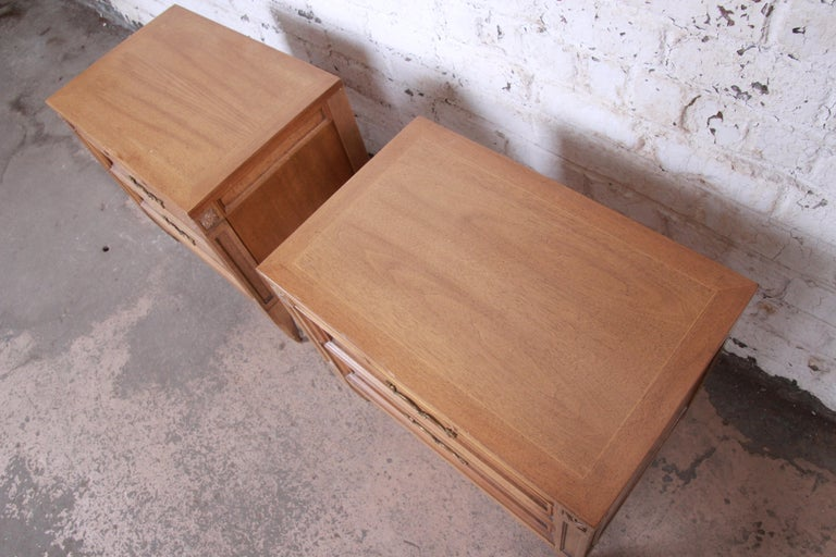 American of Martinsville Mid-Century Modern Cherry and Burl Nightstands, Pair For Sale 2
