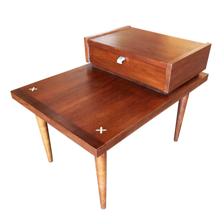American of Martinsville Two-Tier Bedside Table Pair In Excellent Condition For Sale In Van Nuys, CA