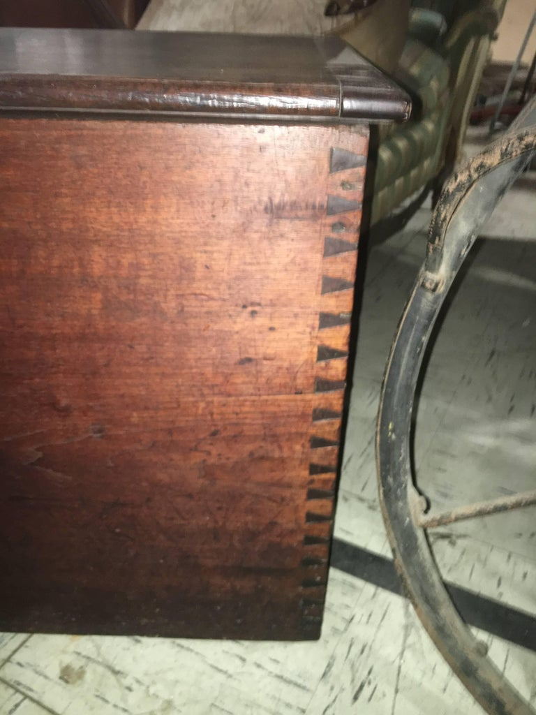 American Primitive Cabinet with Original Paint In Excellent Condition For Sale In Buchanan, MI