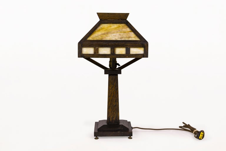 American Rustic Mission Style Oak Table Lamp, circa 1920, USA In Good Condition For Sale In Girona, Spain