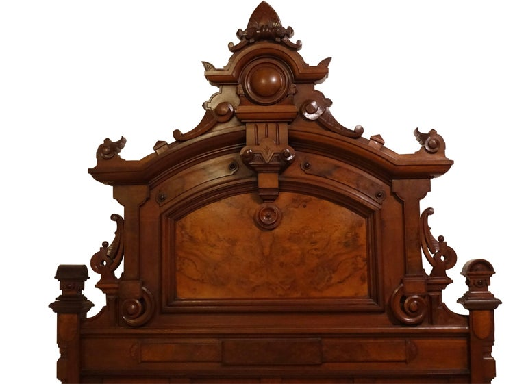 American Victorian Renaissance Walnut and Burl Walnut Bed, circa 1880 In Excellent Condition For Sale In San Francisco, CA