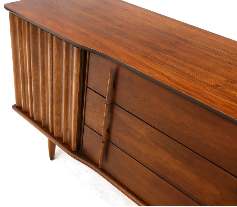 American Walnut Sculptural Front Concave Top Nine Drawers Long Dresser Credenza In Good Condition For Sale In Blairstown, NJ