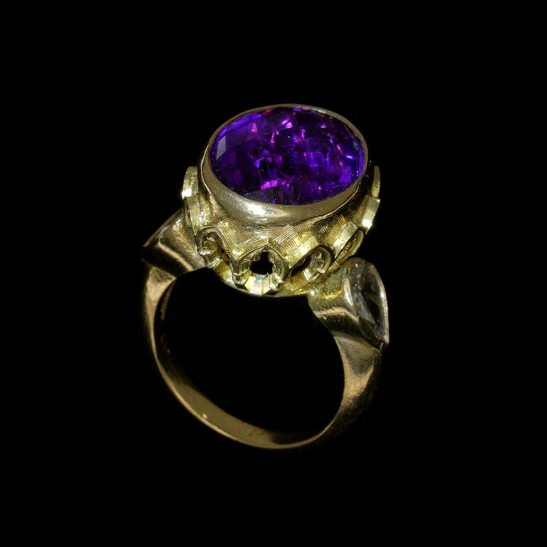 Vivid Splendour Ring in 18 Karat Yellow Gold, Amethyst and Diamonds For Sale 3