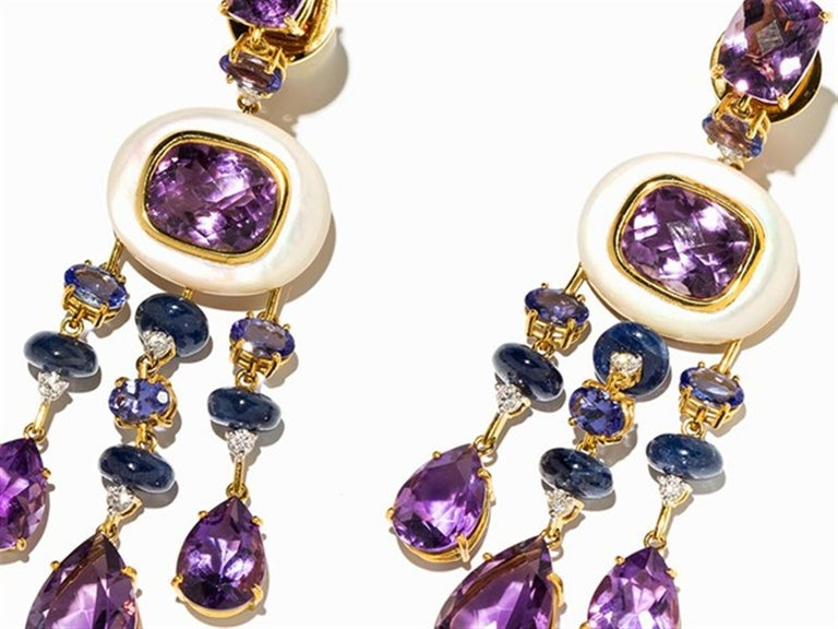 delineation - 18 carat yellow gold - Italy, around 2010 - Marked with the fineness on the plugs - Pair of earrings, decorated with mother-of-pearl, 8 disc-shaped sapphires with a total weight of approx. 15.56 ct., 8 oval tanzanites with a total