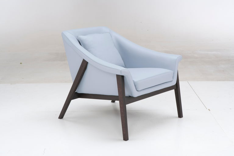 Structure: solid wood, suspensions: elastic belts in rubber and polypropylene, seat cushion: polyurethane foam, back cushion: mollapiuma.