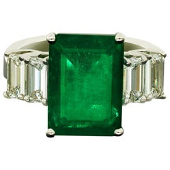 Amwaj Jewellery 18 Karat White Gold Ring with Emerald and Diamond