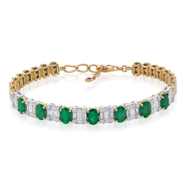 Amwaj Jewelry Emerald Cut Bangle in 18 Karat Gold In New Condition For Sale In Abu Dhabi, Abu Dhabi