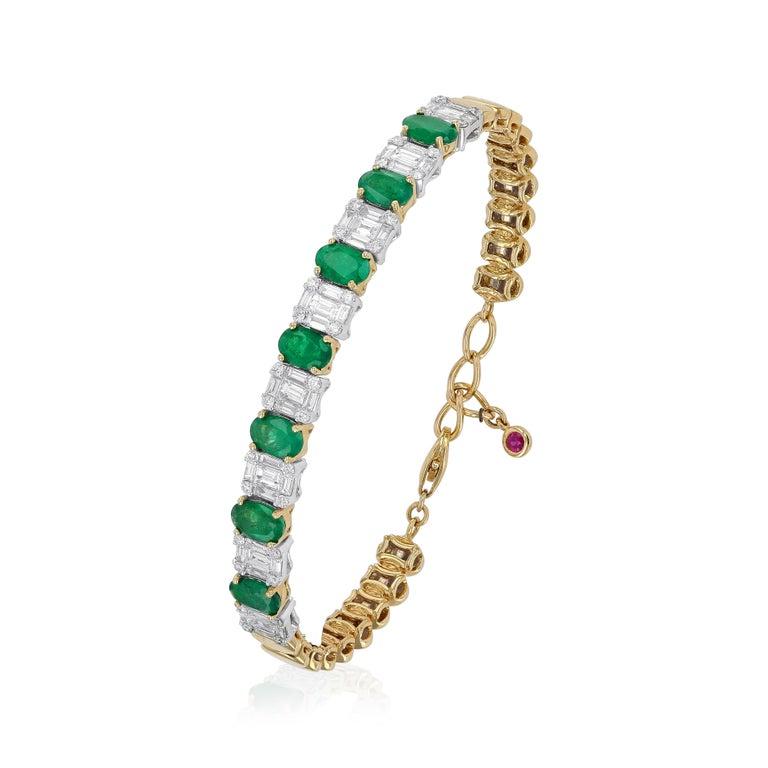 Amwaj Jewelry Emerald Cut Bangle in 18 Karat Gold For Sale 1