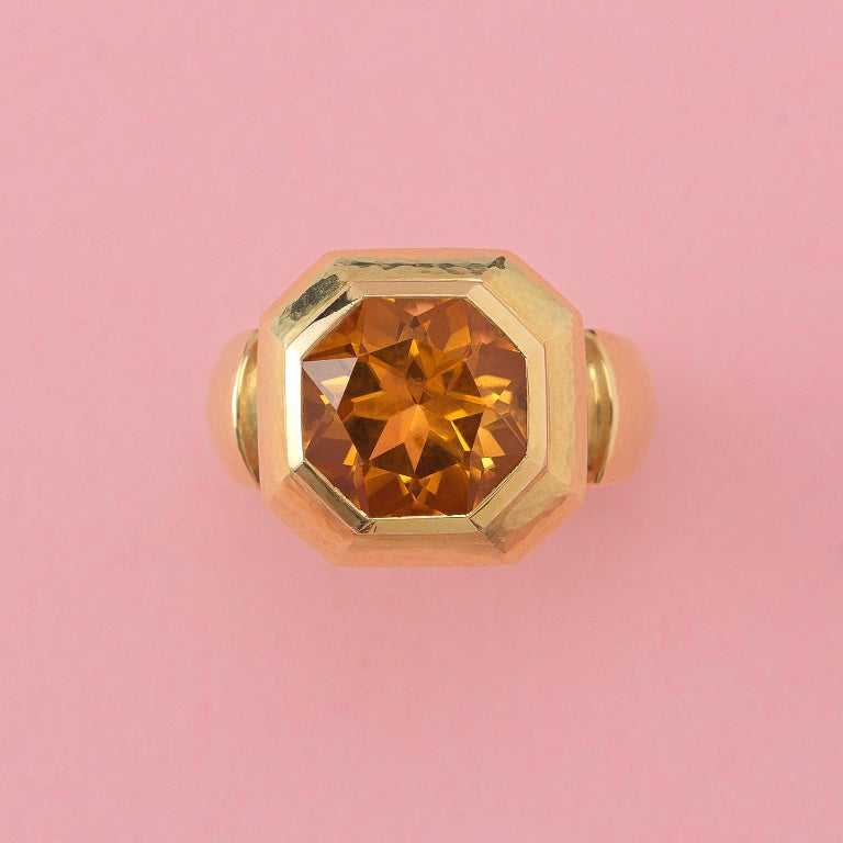 An 18 carat yellow heavy ring lightly hammered set with a large octagonal facetted citrine, signed: Leo de Vroomen, London, 1999.  ring size: 16.5+ – 16.75- mm / 6 US. weight: 16.12 grams width: 4.5 – 16 mm dimensions citrine: 1.5 x 12.5 x 8.20 mm