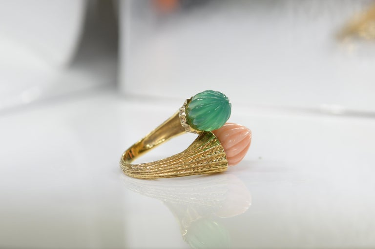 18 Karat Toi et Moi Coral and Chalcedony Ring For Sale 1