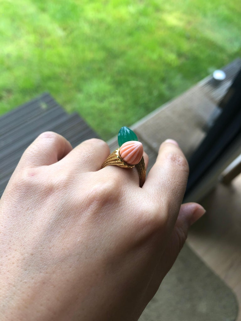18 Karat Toi et Moi Coral and Chalcedony Ring For Sale 4