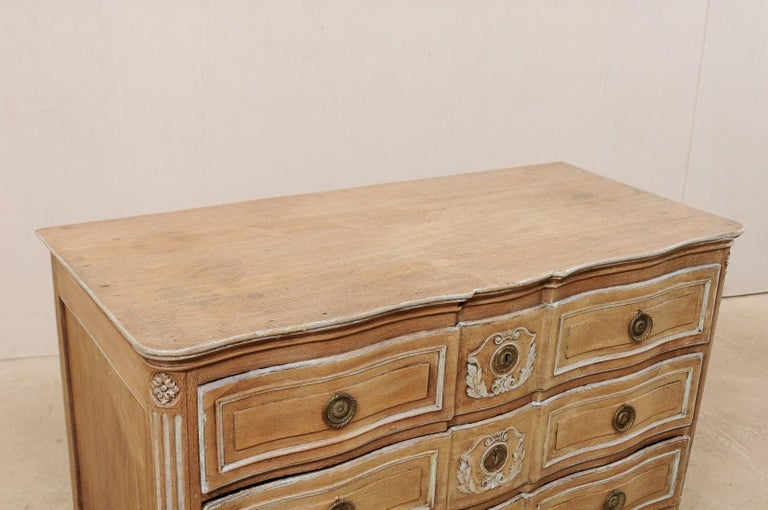 18th Century French Neoclassical Chest with Floral Carved Serpentine Front In Good Condition For Sale In Atlanta, GA