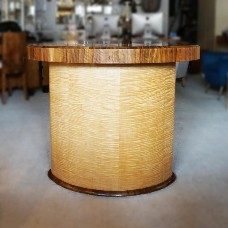 Art Deco Satin Birch and Walnut Dining/Centre Table English, circa 1935 In Good Condition In Forest Row, East Sussex
