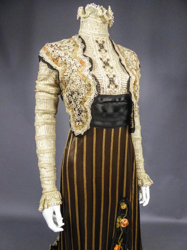 An Edwardian Reception dress with train in silk and lace - Circa 1905 For Sale 7